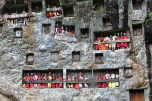 Pemandangan makam batu masyarakat Tana Toraja